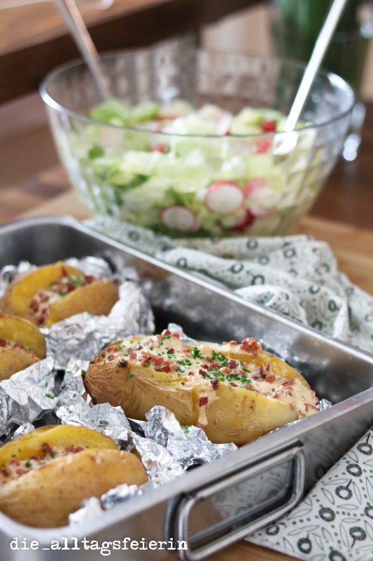 Kochqicky, Kochquickie, Ofenkartoffeln, gefüllte Ofenkartoffeln, Rezept, Familienküche, kochen für Kinder, Was koche ich heute, Kartoffeln, aus dem Ofen, Kartoffeln mit Quark, Ü40 Blog, die alltagsfeierin, Katenschinken, saure Sahne, Kaese, mit Käse überbacken,