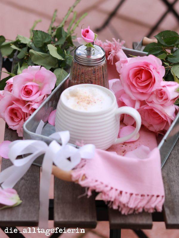 Blüten-Zucker, selbstgemacht mit essbaren Blüten. Als Kaffee-Topping, zum Süßen und auch ein schönes Geschenk aus der Küche.