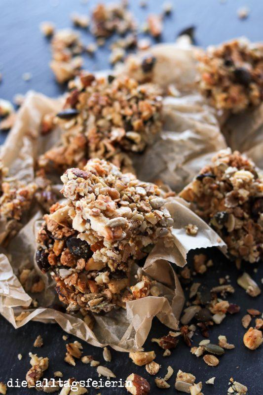 Nut Bars, Nussriegel, Nüsse, Pekanüsse, Walnüsse, Mandeln, Erdnüsse, Kürbiskerne, Sonnenblumenkerne, vegan, veggie, zuckerfrei