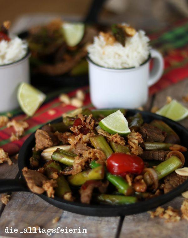 Steakpfanne mit grünem Spargel, grüner Spargel, Familienküche, Erdnüsse, Röstzwiebeln, Rindfleisch