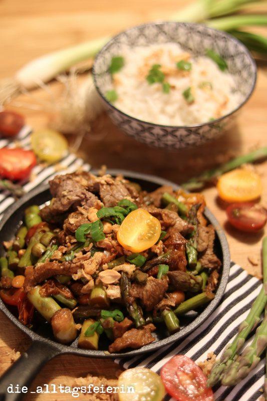 Steakpfanne mit grünem Spargel, grüner Spargel, Erdnüsse, Röstzwiebeln, Tomaten, Rindfleisch