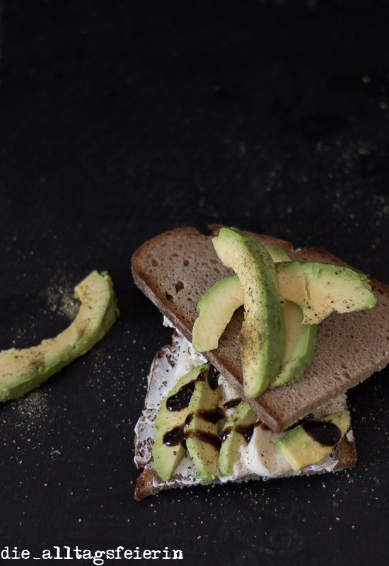 Brot, Urbrot, Avocado, Balsamicoreduktion, Frischkäse,