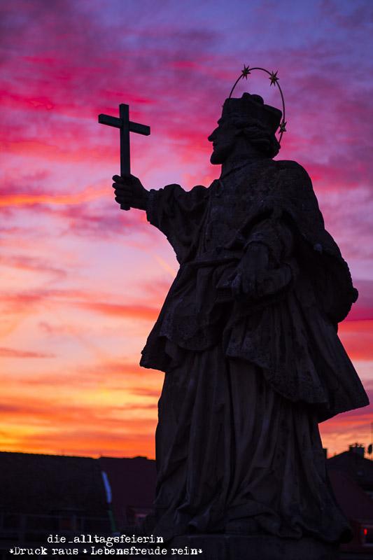 wochenglueckrueckblick-151017. Alte Mainbruecke Wuerzburg, Apostelbruecker Wuerzburg, Sonnenuntergang, brennender Himmel, Wuerzburg, Himmelschauspiel