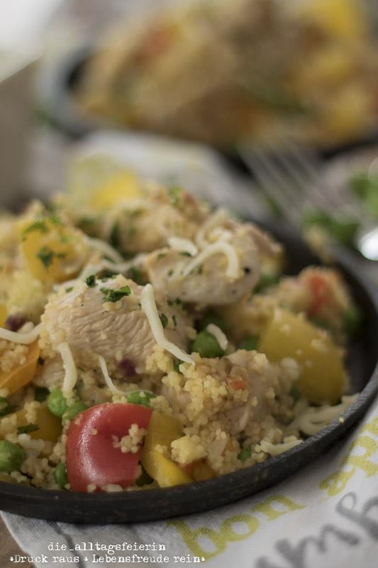 Couscous-Pfanne mit Hühnchen und Gemüse, Couscous, Familienessen, Hühnchenbrust, Erbsen, Käse, Paprika, Familienküche, leckere Couscouspfanne