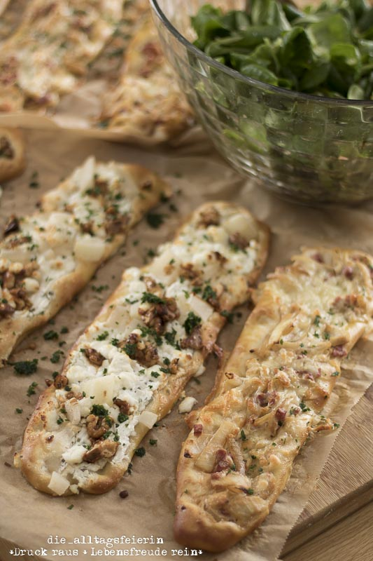 Mittagessen, Familienkueche, Laugenstangen plattgemacht, leckeres Essen, so gut wie Pizza