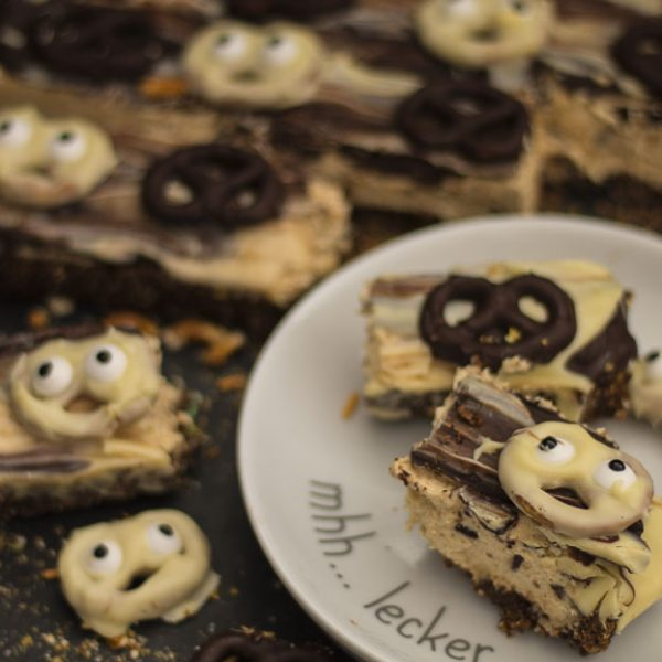 Halloween, Spooky Brezel-Schoko-Tarte, Geister, Schokokuchen, Schokoladenkuchen, Erdnusscreme, Erdnuss, Schokoladen-Erdnuss-Kuchen, Salzbrezeln, weiße Schokolade, Zartbitterschokolade, Nachtisch, Dessert, Kuchen aus dem Kuehlschrank, Brezeln