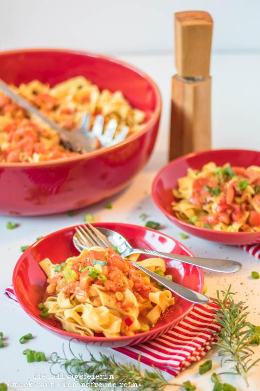 Speiseplan, Wochenplan, Speiseplan KW31-18, Freebie Speiseplan,Pasta, vegetarisches Pastarezept, Pasta mit Paprika-Fruehlingszwiebeln-Tomatensoße, Paprika, Schmelzkaese, Fruehlingszwiebling, spicy, Cayennepfeffer, Tomaten, kochen, Pastarezept, Familienküche, Ü40 Blogger, Kinderessen, Nudeln, vegetarisches Nudelrezept, leichte Kueche, frisch kochen