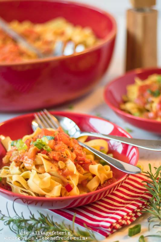 Pasta, vegetarisches Pastarezept, Pasta mit Paprika-Fruehlingszwiebeln-Tomatensoße, Paprika, Schmelzkaese, Fruehlingszwiebling, spicy, Cayennepfeffer, Tomaten, kochen, Pastarezept, Familienküche, Ü40 Blogger, Kinderessen, Nudeln, vegetarisches Nudelrezept, leichte Kueche, frisch kochen