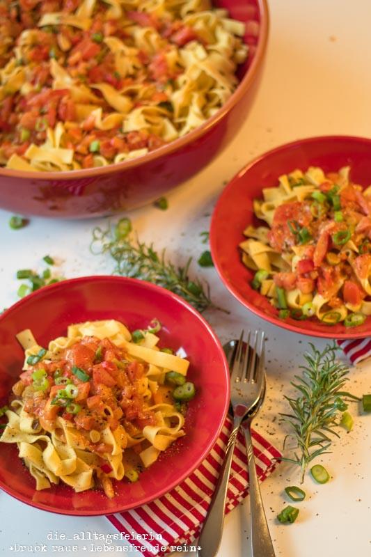 Pasta, Paprika-Tomaten-Frühlingszwiebelsoße, Paprika, Tomaten, Nudeln, Frühlingszwiebeln, frisch gekocht, italienische Küche, Familienküche, Kochen für Kinder, leichte Küche