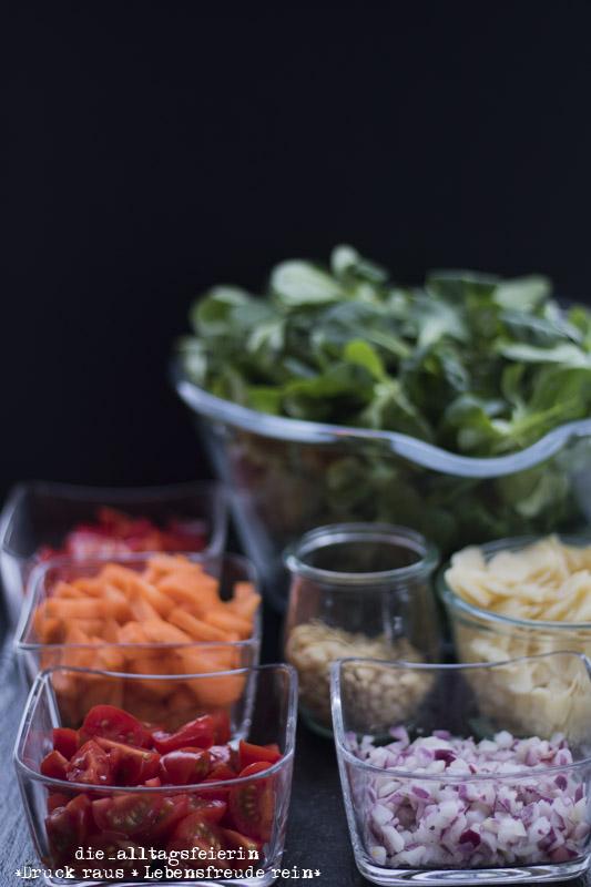 rezept salat allerlei mit ger steten pinienkernen und honig senf dressing die alltagsfeierin. Black Bedroom Furniture Sets. Home Design Ideas