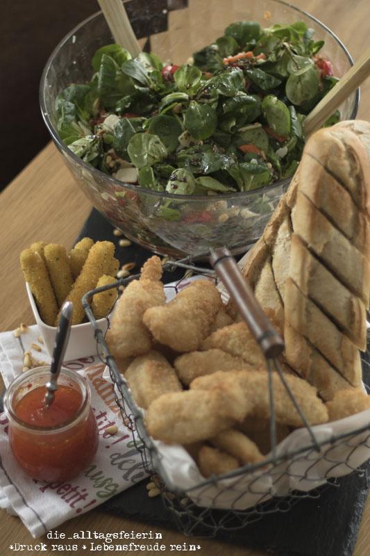 Salat, Feldsalat, Rapunzelsalat, grüner Salat, Honig-Senf-Dressing, Salatrezept, Rezept, Familienküche, Pinienkerne, Parmesan, Möhren, Paprika, Tomaten, Honig, Senf, Dressing, Salatdressing, Ü40, Fingerfood, Zwiebeln, Salatsoße, die alltagsfeierin