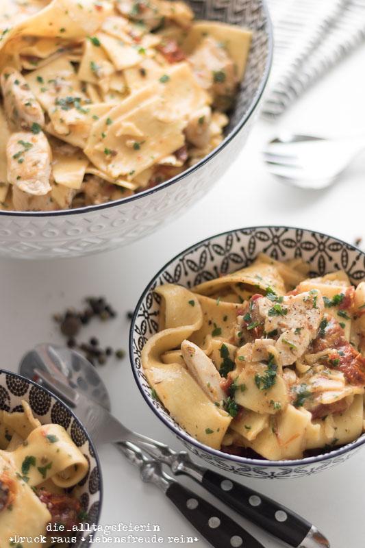 Pasta-Rezepte, Pasta, One-Pot-Pasta, Nudeln, One-Pot-Hähnchen-Mozzarella-Pasta, Hähnchenbrust, Mozzarella, getrocknete Tomaten, Familienküche, lecker kochen,
