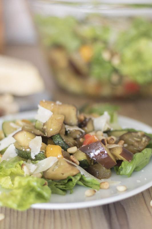 Rezept, Antipasti-Salat, Salat mit Antipasti, gruener Salat, Zucchini, Paprika, Pinienkerne, Auberginen, Parmesan, sommerlicher Salat, Sommerliches Salatrezept, Brot, frisch, vegetarisch, ue40 Blog, ue40 Bloggerin, frisch zubereitet