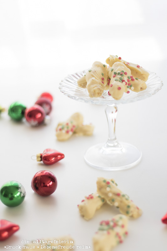 Plaetzchen, Weihnachtsplaetzchen, Konfettistangen, Konfettistangen mit Schwipps, Weihnachtsbaeckerei, Weihnachten, Praline, Pralinen, Pralinenrezepte, Weihnachts-Pralinen, weisse Schokolade, Orangenlikoer, diealltagsfeierin.de, ue40 Blogger, Konfetti-Stangen