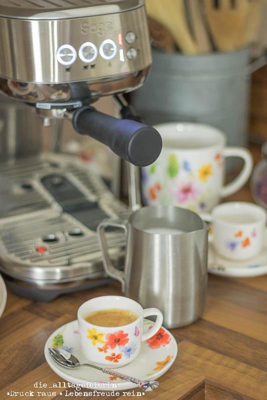 Siebträgermaschine Bambino Plus von Sage, frisch gebrühter Kaffeegenuss auf Knopfdruck. Milchschaum wie vom Barista, Crema und Cappucciono oder Espresso in Vollendung