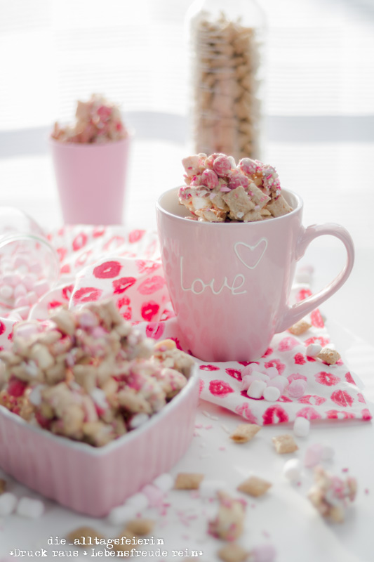 Christmas Crunch, diealltagsfeierin, DIY, Geschenk für Verliebte, Geschenke aus der Kueche, Knabberspass, M&Ms, Marshmallows, pink, rosa Suessigkeiten, Suessigkeiten, Valentines Crunch, Valentinstag, Valentinstags-Geschenk