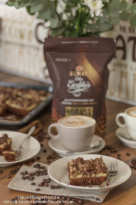 Eierlikör-Kaffee-Mandelkuchen, Eckes, Eckes Eierlikör, Eckes Eierlikör-Kaffee, Kaffeemanufaktur Blank Roast, ECKES edler Eierlikör, Kaffee-Mandel-Kuchen, Kaffee-Mandel-Kuchen mit Eierlikör-Kaffee, Kaffeekuchen, Kuchen mit Kaffee und Mandelstreusel, Schokolade, Kaffee, backen, Familienkuchen, Eierlikör, Vanillepudding