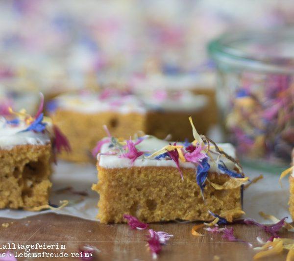 Kürbiskuchen, Kürbiskuchen vom Blech, Blech-Kürbiskuchen, Kürbiskuchen mit Frischkäsetopping, Kürbiskuchen mit Buttercreme, leckerer Kürbiskuchen, essbare Blüten, backen, Kuchenrezept, herbstliches Kuchenrezept, Zimt, Nelken, Muskat, diealltagsfeierin.de