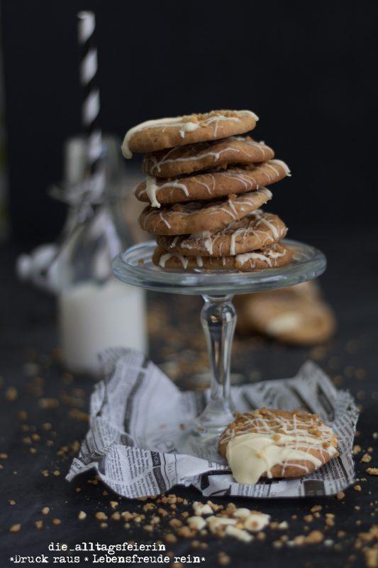 Cookies mit weißer Schokolade und Haselnusscrunch