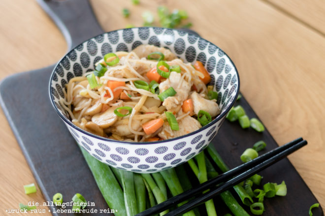 Asiapfanne, Hühnchen, asiatisch, Möhren, Reis, Sojasoße, lecker, Wochenplan, Speiseplan, was koche ich heute, Freebie