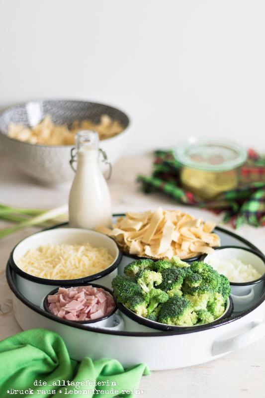One-Pot-Rezepte. Pasta Carbonara Style. Schnelle Pasta mit Brokkoli und Schinken frisch gekocht.