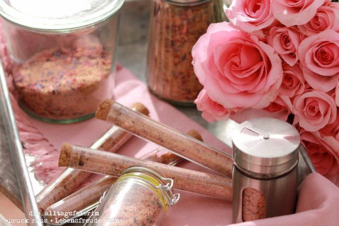 Blüten-Zucker, selbstgemacht mit essbaren Blüten. Als Kaffee-Topping, zum Süßen und auch ein schönes Geschenk aus der Küche.tenzucker, getrocknete Erdbeeren, Geschenke aus der Küche.