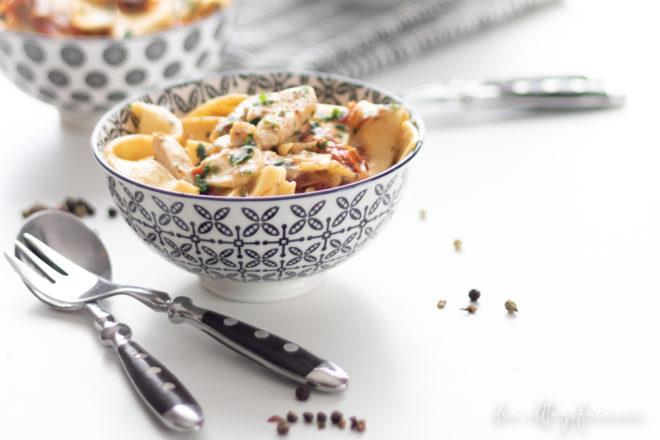 Pasta, One-Pot-Pasta, Nudeln, One-Pot-Hähnchen-Mozzarella-Pasta, Hähnchenbrust, Mozzarella, getrocknete Tomaten, Familienküche, lecker kochen,