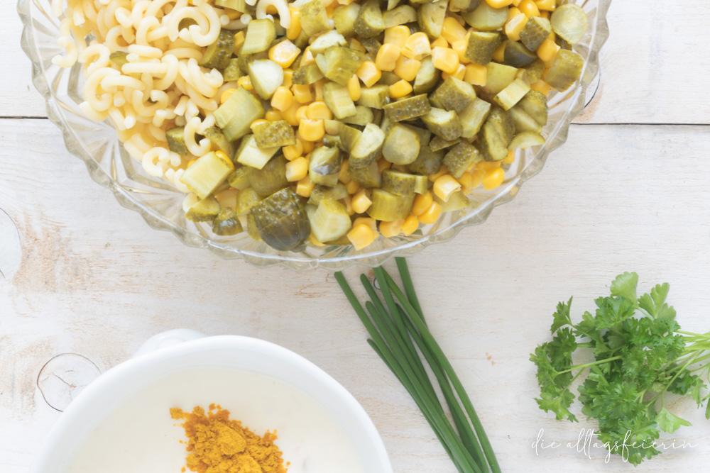 Schneller Nudelsalat ohne Mayonnaise mit Curry, Gurken und Mais