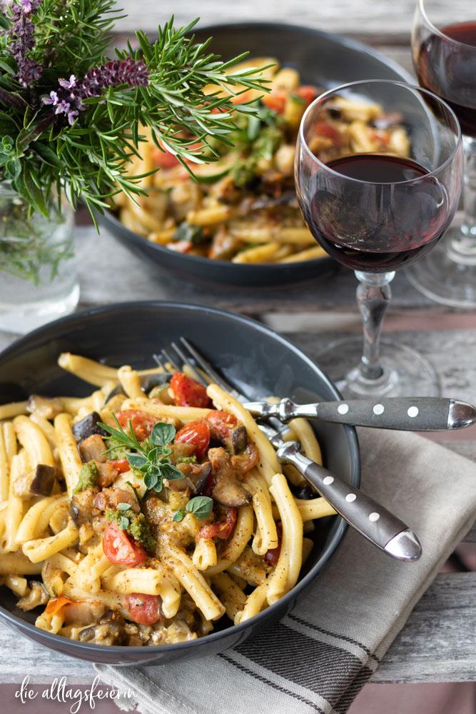 vegetarische Nudelgerichte, Pasta Verdura, mit Balsamico und Pesto. Auberginen, Zucchini und Kirschtomaten. Zutaten von Hofmanns No. 1 Würzburg