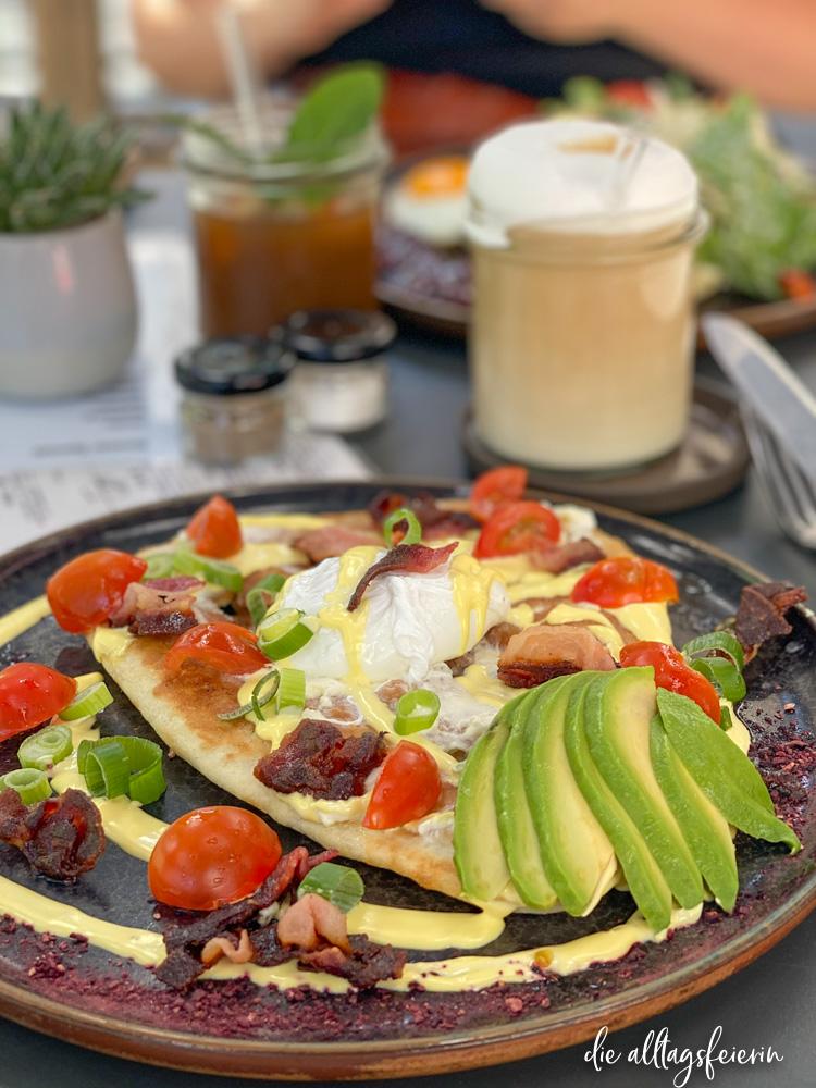 Wochenrückblick No 34-2020, Frühstück im Café Cosmos Würzburg, Flatbread mit Avocado und pochiertem Ei