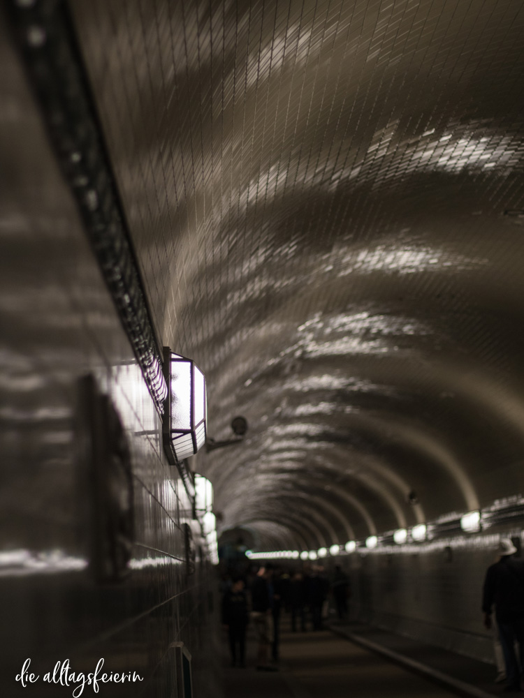 Licht und Schatten im alten Elbtunnel in Hamburg