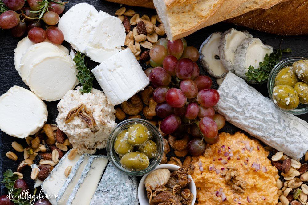 Ziegenkäse aus Frankreich, Käseplatte mit französischem Ziegenkäse, Feigendip mit Ziegenfrischkäse, Ziegenkäse-Obazda