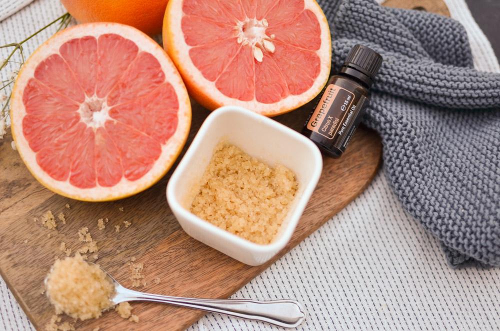 Grapefruit-Zucker-Handpeeling ein DIY aus der Küche von Christina von meinpusteblumengarten.de. Ätherische Öle schön verpackt