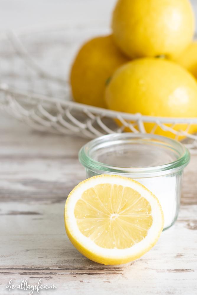 """Rezept für Zitronen-Salz-Paste. Nur zwei Zutaten sorgen dafür, dass du immer """"Zitronensaft"""" im Haus hast"""
