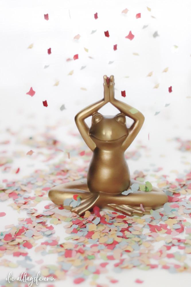 Yogafrosch im Konfetti-Regen, das Geschenk auf diealltagsfeierin.de im Newsletter Februar 2021