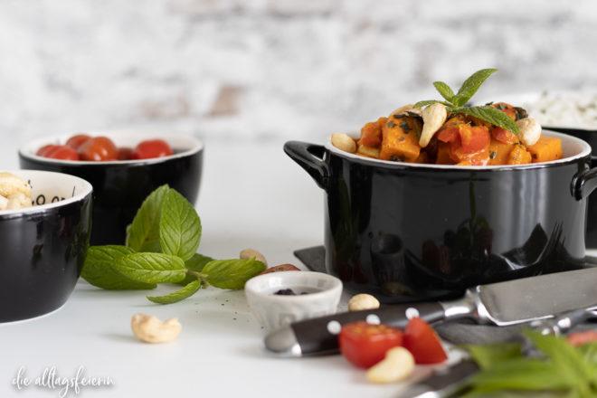 Rezept für ein buntes veganes Süßkartoffel-Curry mit Hokkaidokürbis, Cherrytomaten, Paprika