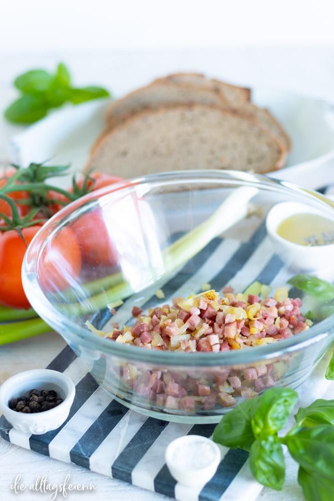 Rezept für fränkische Bruschetta, Franken goes Italy, ein leckeres Rezept mit Tomaten, Speck, Basilikum