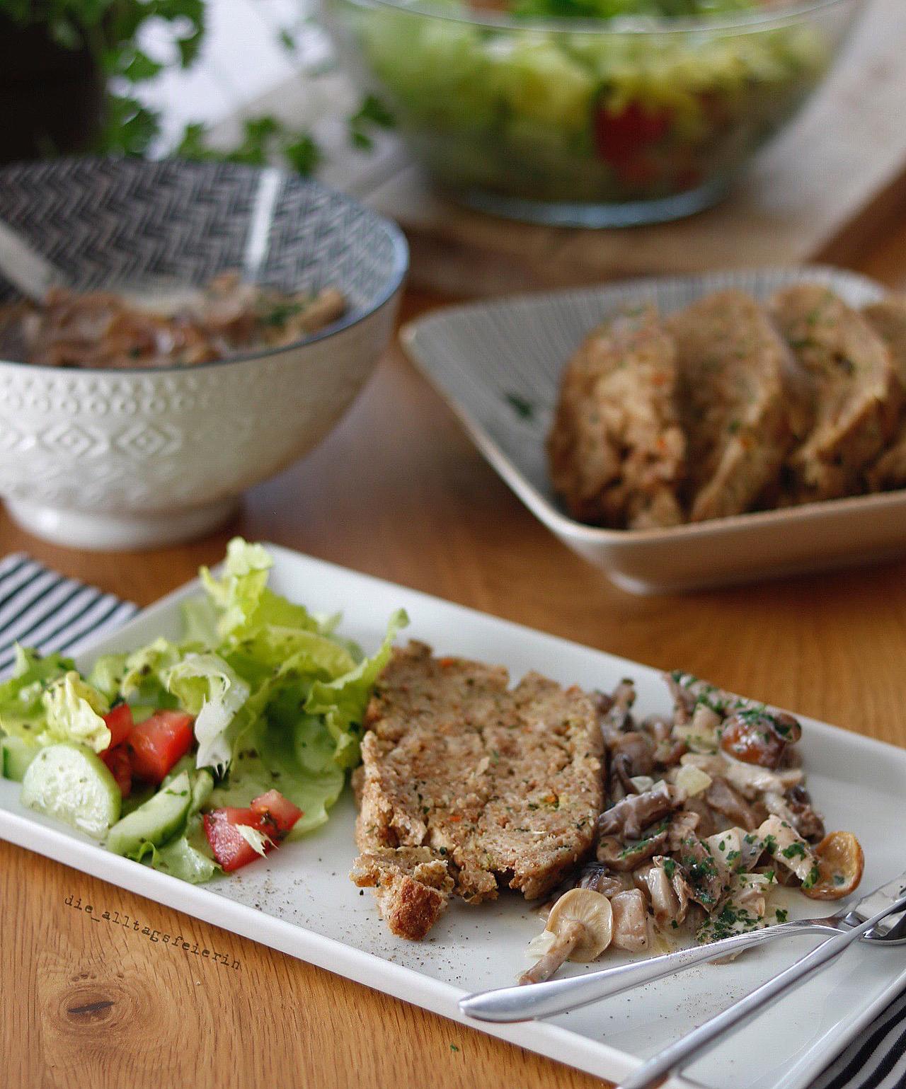 Serviettenknödel mit Pilzrahmsoße und Salat, Essensplan No 10-21