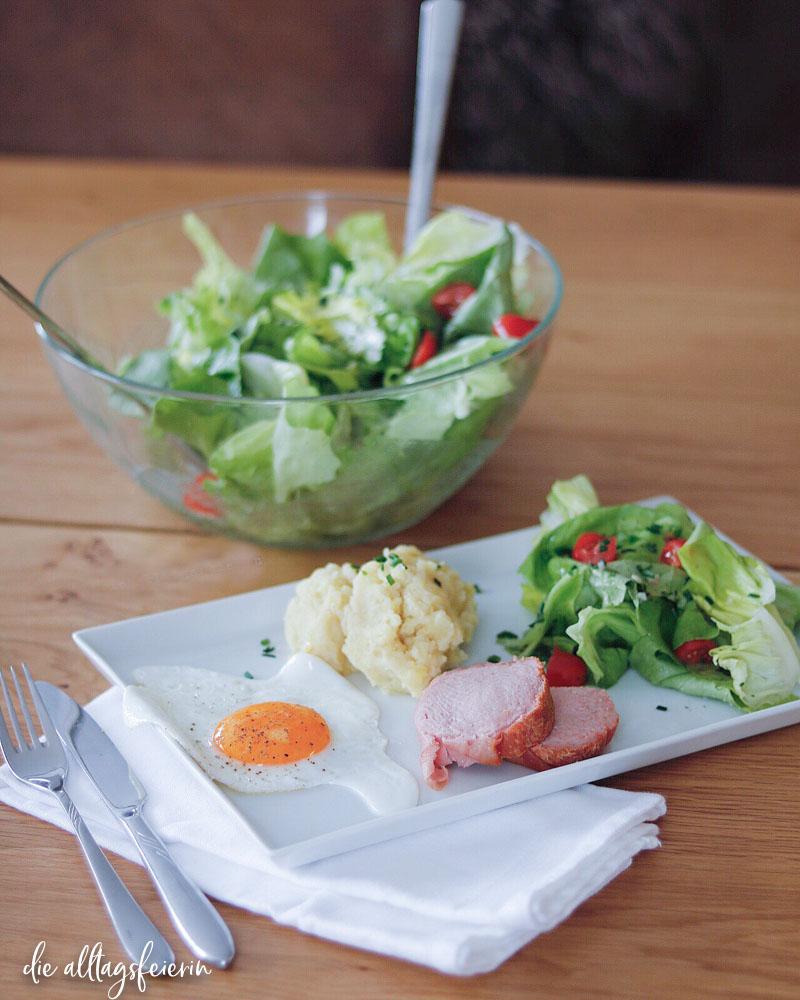 Essenplan No 20-21, Leberkäse mit Spiegelei, Kartoffelpüree und Salat