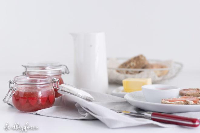 Rezept für Rhabarber-Curd ohne Ei, zubereitet mit Rhabarber-Nektar. Lecker Brotaufstrich oder Kuchenfüllung