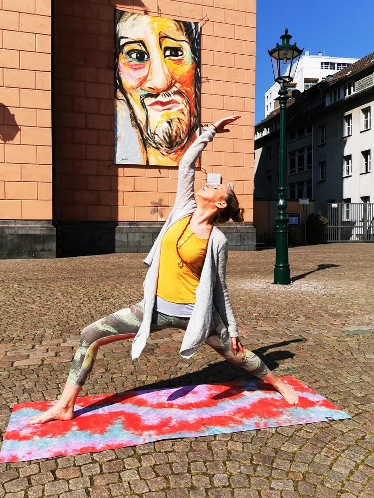 Sabine Quambusch vom Glückskindyoga. Yoga in the Dark