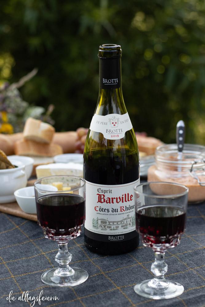 Picknick mit Côtes du Rhône Wein , Barville Rotwein