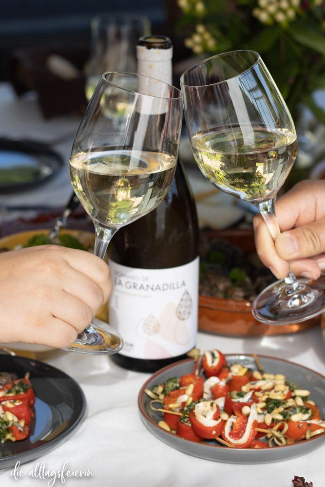 Spanische Tapas mit Wein von D. O. Rueda, Dominik de la Granadilla, Rezepte für Pimientos de Padrón, Frittierte Manchego-Bällchen, Knoblauch-Champignons & Paprika-Sardellen-Spieße