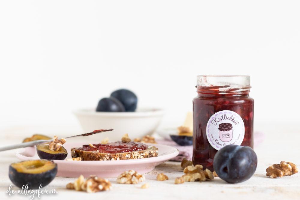 Biggis Zwetschgen-Marmelade mit Portwein und Walnüssen, ein Rezept für einen leckeren Marmeladenkuss am Frühstückstisch, Herbst für die Zunge. diealltagsfeierin.de